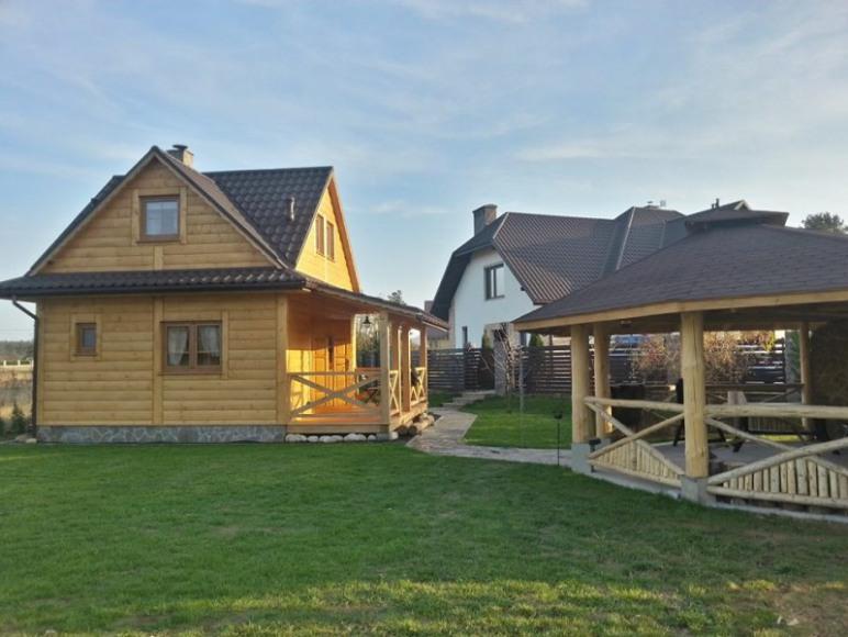 Widok na domek i altanę z grillem