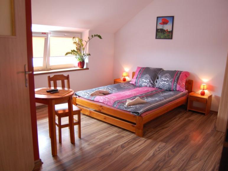 Pokój 2 osobowy z małżeńskim łożem , łazienką , tv i wifi