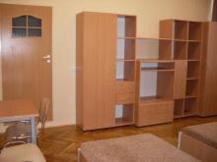 pokój 3-osobowy z TV i łazienką