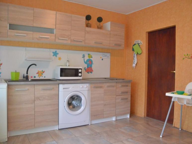 Kuchnia na parterze dla pokoi rodzinnych i studio