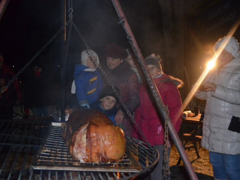 impreza z pieczoną świnką i grzańcem