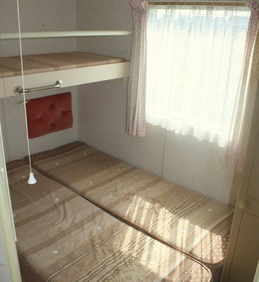 jedna z sypialni w domku holend.