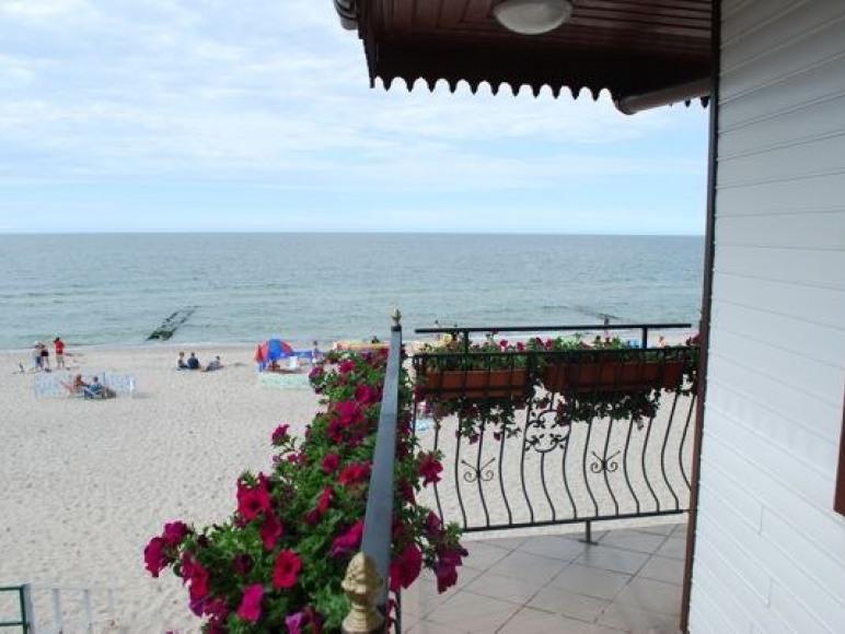 """Pokoje gościnne """"U Zająców"""" - 2 metry od plaży!"""