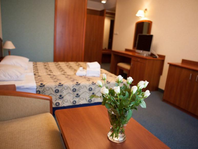 Pokój 3-osobowy, a w nim małżeńsksie łóżko + sofa do rozkładania.