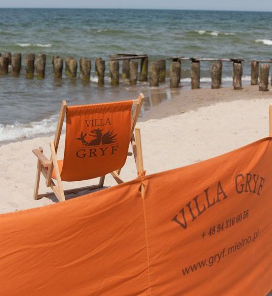 W GRF-ie znajdziesz wygodle leżaki na plażę i parawany.