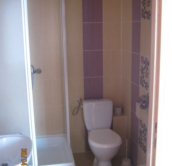 Łazienka w pokoju.