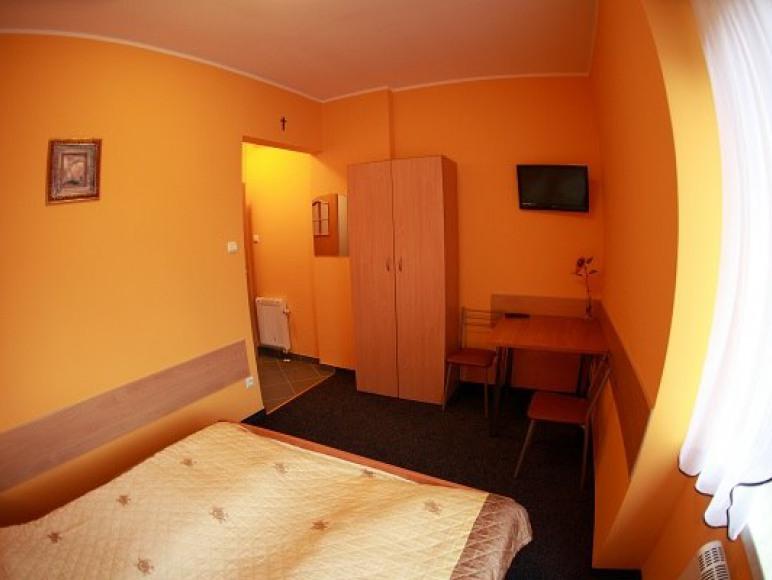 wyposażenie pokoju; szafa, stolik, TV