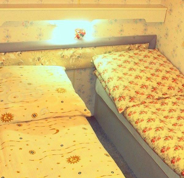 Sypialnia- dwa pojedyncze łóżka