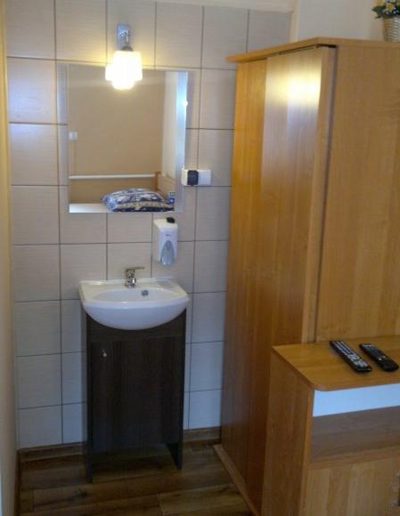 umywalka w pokoju 2-osobowym