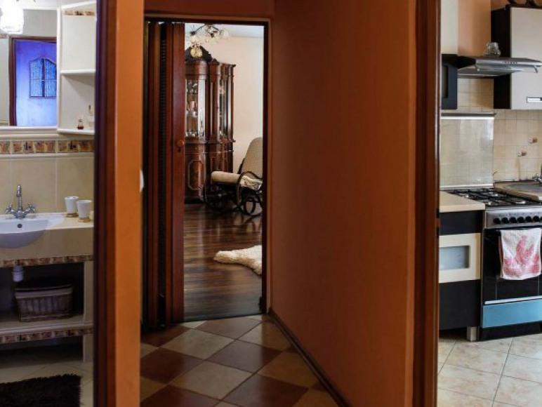 Korytarz między kuchnią a łazienką na dole domu
