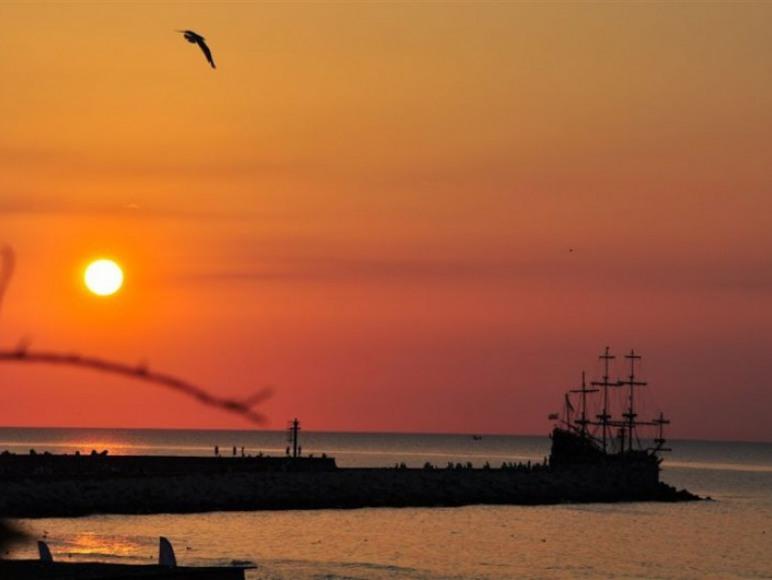 Zachód słońca nad morzem zaprasza