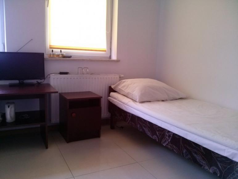 Łóżko w pokoju jednoosobowym