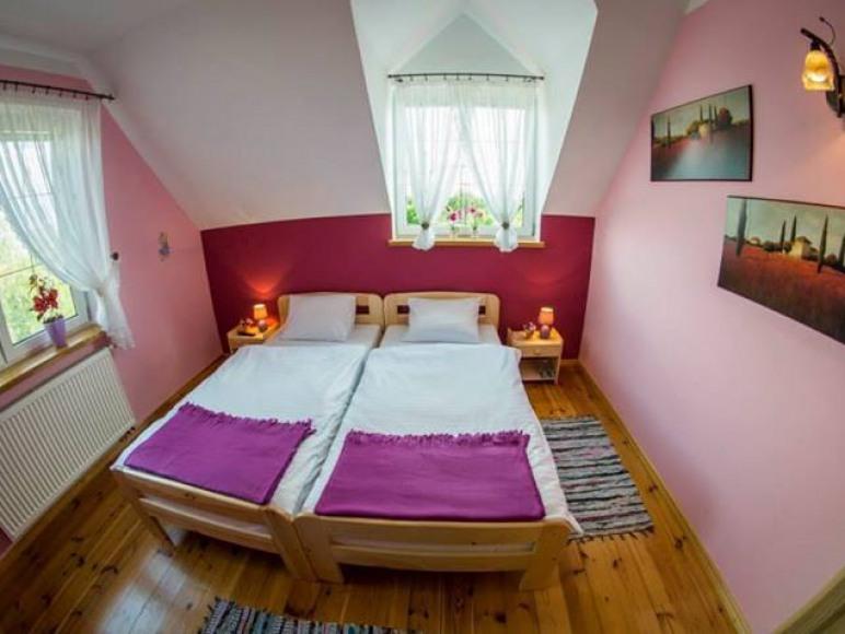 Pokój fioletowy. Własne łazienka, Tv- Wi-fi, Okna wschodnie i południowe.