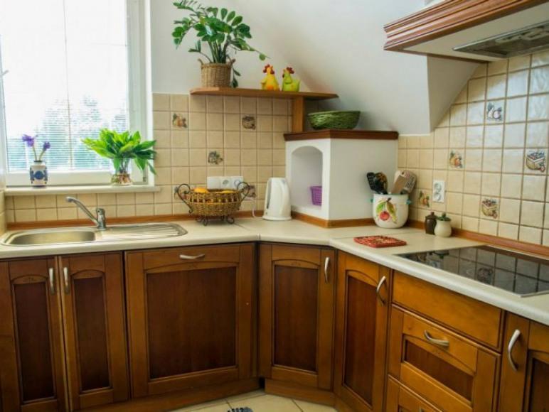 Kuchnia wspólna. Mikrofala, piekarnik, 4 palnikowa kuchenka, zlew.