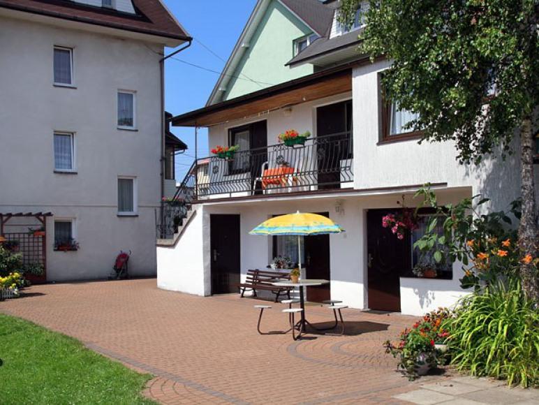 pawilon letni - na parterze jest kuchnia i jadalnia