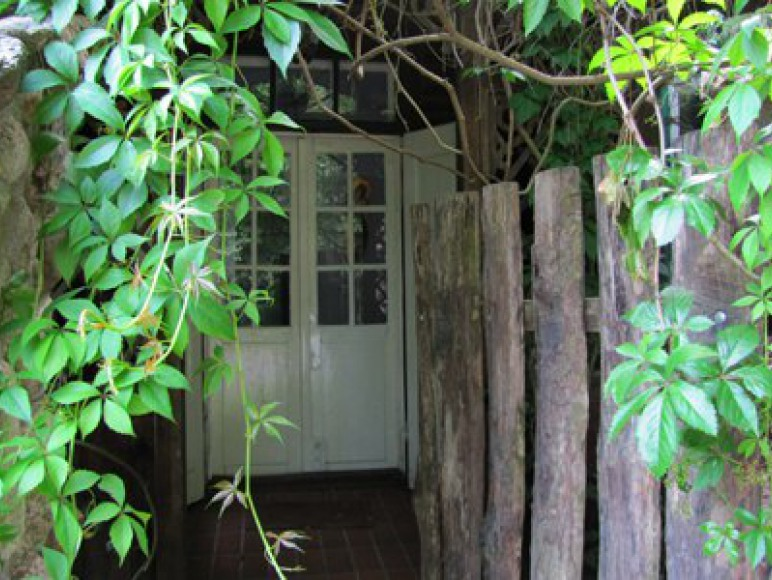 Dom ma werandę od strony ulicy jeszcze jedno wyjście od strony podwórza