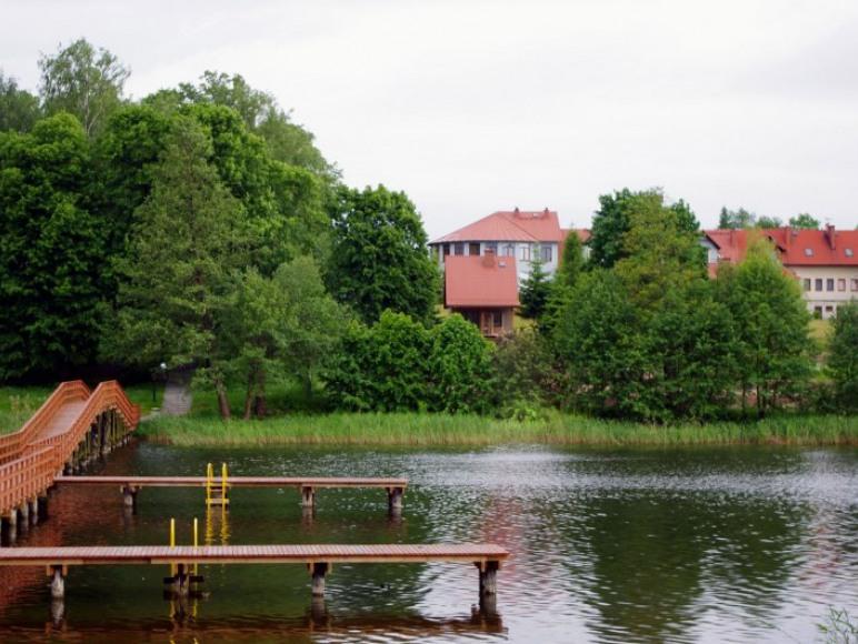 widok z wyspy na domki i ośrodek