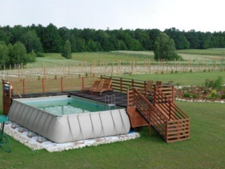 przestronny taras przy basenie