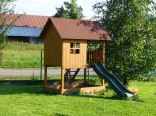 Domek z piaskownicą dla dzieci