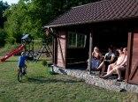Gdy dzieci się bawią, rodzice odpoczywają w Domku Biesiadnym