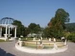 fontanna w ogrodzie