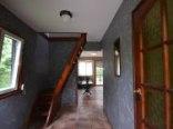 widok z korytarza na schody. W głębi widoczne wejście do salonu