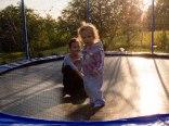 trampolina na placu zabaw