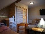 Pokój z balkonem i aneksem kuchennym