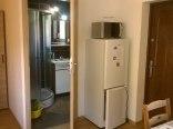 Łazienka i część aneksu kuch. w małym mieszkaniu.