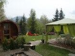 krąg ogniskowy sauna oraz w tle plac zabaw