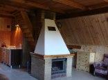 Salon kominkowy w domku drewnianym