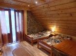 Pokój 4-osobowy z balkonem i łazienką.