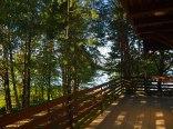 widok z tarasu na jezioro
