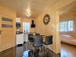 widok na aneks kuchenny i sypialnię domku 4-5 os.