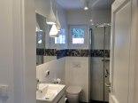 Pokój trzyosobowy z prywatną łazienką poza pokojem
