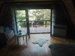 Domek z kominkiem, sauną w lesie nad jeziorem