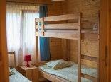 Sypialnia nr 2 z jednym łóżkiem pojedynczym i piętrowym.