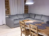 Salon z wygodną, dużą sofą, rozkładaną na 2os.