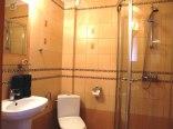 Łazienka w pokoju dwuosobowym