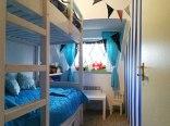 Sypialnia z łóżkiem piętrowym dla dzieci w Willi Żaba nad rzeką Narew