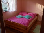 Wielkie łoże małżeńskie w sypialni dla dorosłych