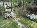 Widok z apartamentu de lux na ogród z miejscem do grilowania