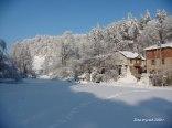 Dom w zimowej scenerii - widok od strony łąki