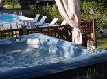 Jakuzzi i basen w lecie.
