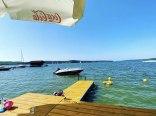 Własna plaża z pomostem i przystania 10 metrów od jeziora