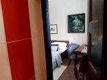 Pokoje z akcentem stylu zakopiańskiego i oryginalną sztuką.