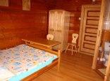 pokój w drewnie z łazienką