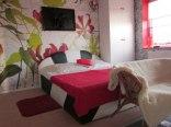 apartament czerwony sypialnia