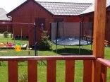 Widok na plac zabaw z domku z antresolą