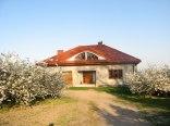 dom w sadzie wiśniowym...